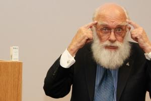 James Randi býður þess í ofvæni að hann deyji af 120 töflum af Arsenic alba hómeópatatöflunum. Hann var sprelllifandi eftir fyrirlesturinn þrátt fyrir þetta hómeópatíska óhóf.